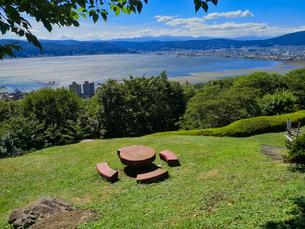 諏訪湖の望める公園の写真素材 [FYI01260744]