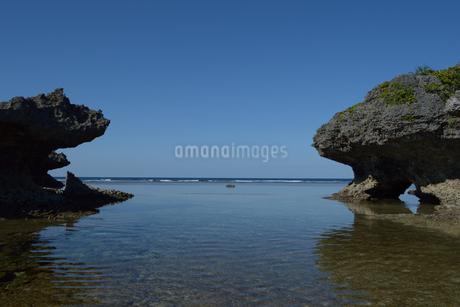 晴れた空と遠浅の海と岩の写真素材 [FYI01260795]