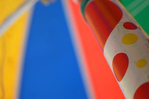 カラフルなパラソルの写真素材 [FYI01260801]