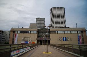 JR東戸塚東口前商業施設と高層マンションの写真素材 [FYI01260818]