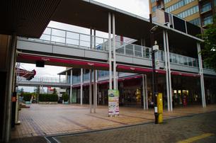JR東戸塚西口前商業施設と高層マンションの写真素材 [FYI01260819]