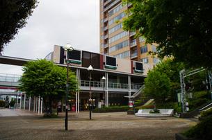 JR東戸塚西口前商業施設と高層マンションの写真素材 [FYI01260820]