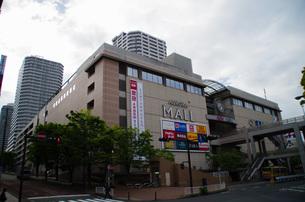 JR東戸塚駅東口前商業施設と高層マンションの写真素材 [FYI01260828]