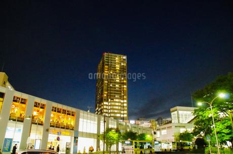 JR東戸塚駅前夜景の写真素材 [FYI01260830]