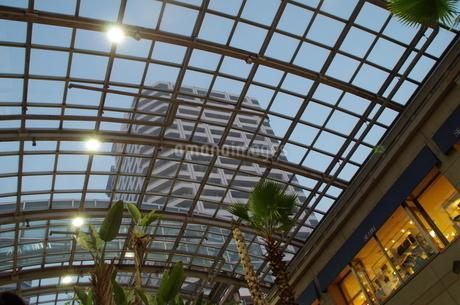 JR東戸塚東口前商業施設と高層マンションの写真素材 [FYI01260841]
