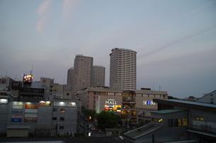 JR東戸塚東口前商業施設と高層マンションの写真素材 [FYI01260843]