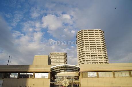 JR東戸塚東口前商業施設と高層マンションの写真素材 [FYI01260844]
