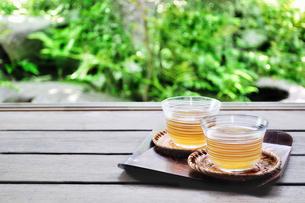 縁側に置いた2客の日本茶の写真素材 [FYI01260860]