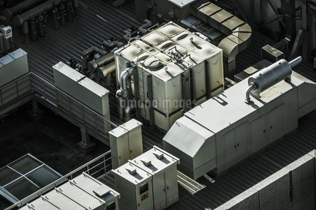 ビルの屋上の室外機の写真素材 [FYI01260974]