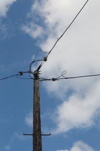 電柱と青空の写真素材 [FYI01260978]