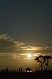 夕日とシルエットの人々の写真素材 [FYI01260979]