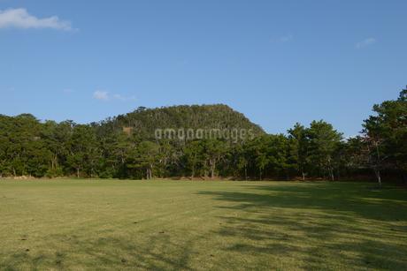 フラットな草原と小山の写真素材 [FYI01260989]