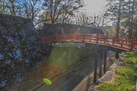 春の盛岡城の渡雲橋の風景の写真素材 [FYI01261005]