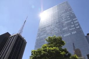 ガラス張りのオフィスビルと青空 の写真素材 [FYI01261018]