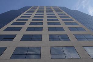 ガラス張りのオフィスビルと青空 の写真素材 [FYI01261025]