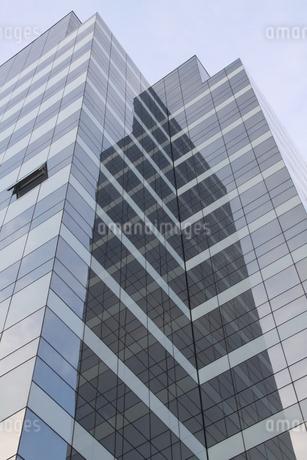 ガラス張りのオフィスビルの写真素材 [FYI01261029]