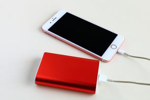 スマホの充電 モバイルバッテリーの写真素材 [FYI01261080]
