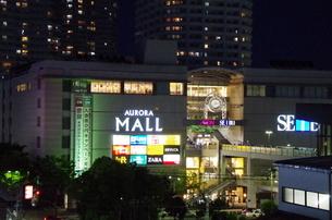 JR東戸塚東口前商業施設と高層マンションの夜景の写真素材 [FYI01261149]