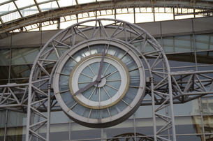 JR東戸塚東口前商業施設の大きな時計の写真素材 [FYI01261150]