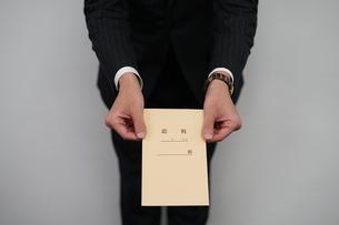 給料袋を渡すビジネスマンの写真素材 [FYI01261226]
