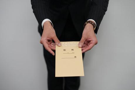 給料袋を渡すビジネスマンの写真素材 [FYI01261227]