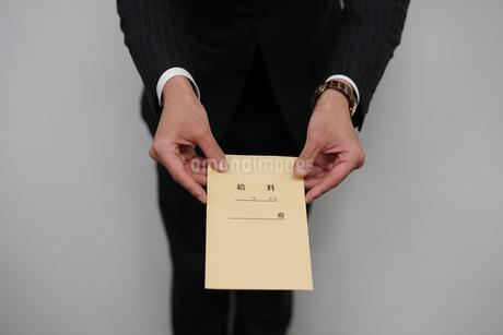 給料袋を渡すビジネスマンの写真素材 [FYI01261228]