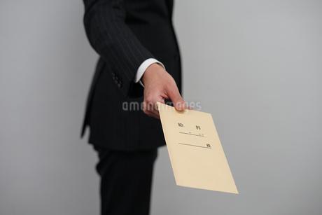 給料袋を渡すビジネスマンの写真素材 [FYI01261231]