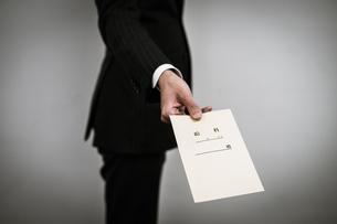 給料袋を渡すビジネスマンの写真素材 [FYI01261236]