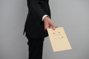 給料袋を渡すビジネスマンの写真素材 [FYI01261237]
