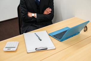 デスクワークをするビジネスマンの写真素材 [FYI01261248]