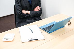 デスクワークをするビジネスマンの写真素材 [FYI01261249]