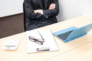 デスクワークをするビジネスマンの写真素材 [FYI01261250]