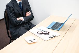 デスクワークをするビジネスマンの写真素材 [FYI01261251]