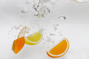 水中のオレンジとレモンの写真素材 [FYI01261314]