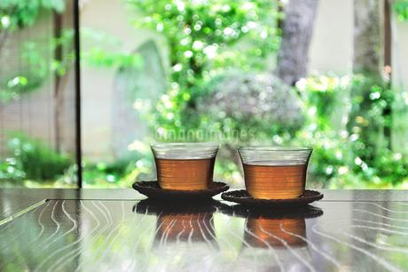和室に置いた2客の日本茶の写真素材 [FYI01261608]