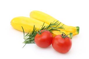 ズッキーニとトマトの写真素材 [FYI01261700]