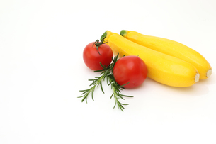 ズッキーニとトマトの写真素材 [FYI01261702]