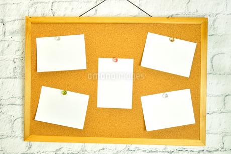 コルクボードに貼った複数のメモの写真素材 [FYI01261848]