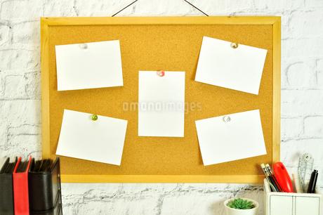 コルクボードに貼った複数のメモの写真素材 [FYI01261850]