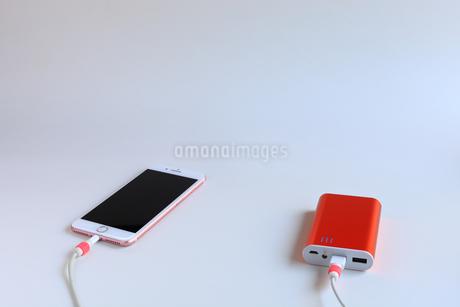 スマホの充電 モバイルバッテリーの写真素材 [FYI01261919]