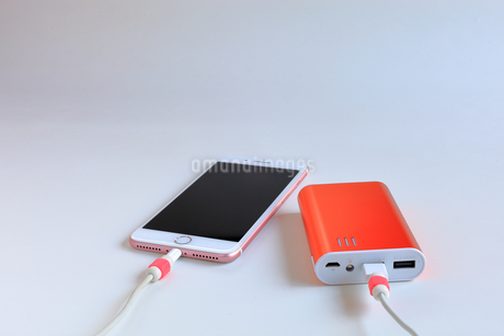 スマホの充電 モバイルバッテリーの写真素材 [FYI01261920]