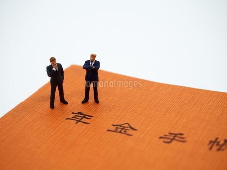 年金とミニチュアのビジネスマンの写真素材 [FYI01262022]