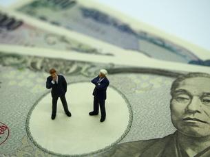 お金とビジネスマンの写真素材 [FYI01262024]