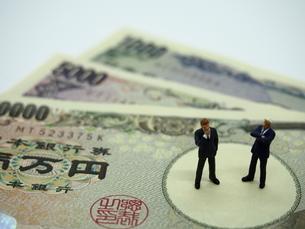 二人のビジネスマンとお札の写真素材 [FYI01262026]