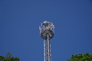 初夏の空に映える携帯電波塔の写真素材 [FYI01262422]