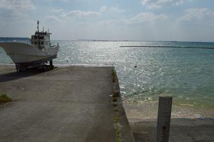 逆光の海と船下ろし場の船の写真素材 [FYI01262462]