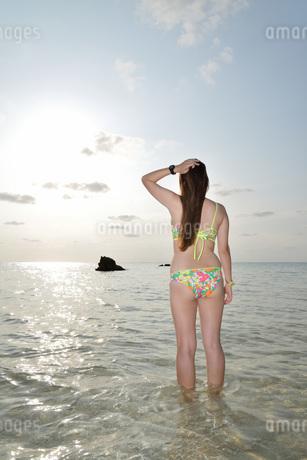 宮古島/夕景のビーチでポートレート撮影の写真素材 [FYI01262677]