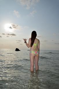 宮古島/夕景のビーチでポートレート撮影の写真素材 [FYI01262678]