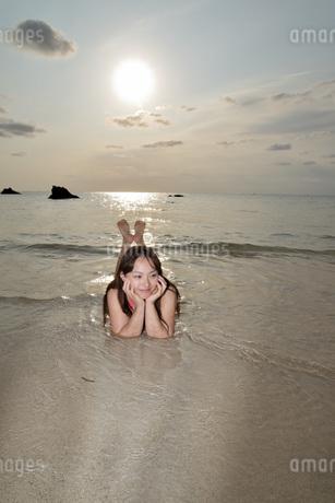 宮古島/夕景のビーチでポートレート撮影の写真素材 [FYI01262683]