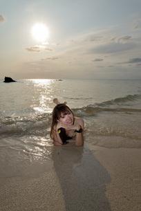 宮古島/夕景のビーチでポートレート撮影の写真素材 [FYI01262684]